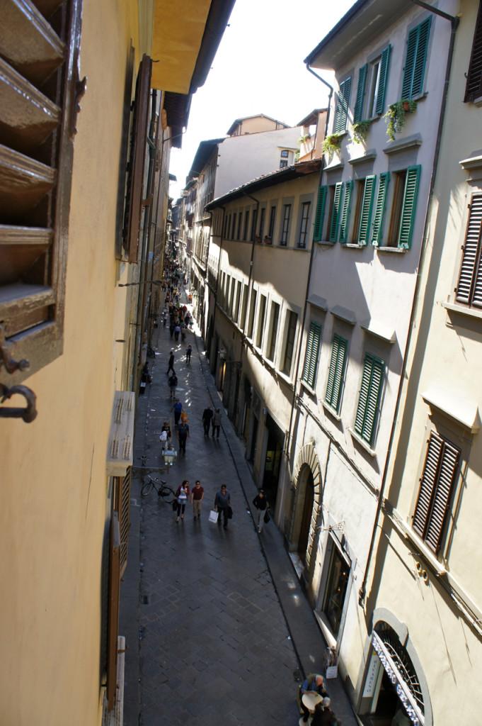 A rua tem mil lojinhas ótimas e fica a 5-10 minutos do Duomo.