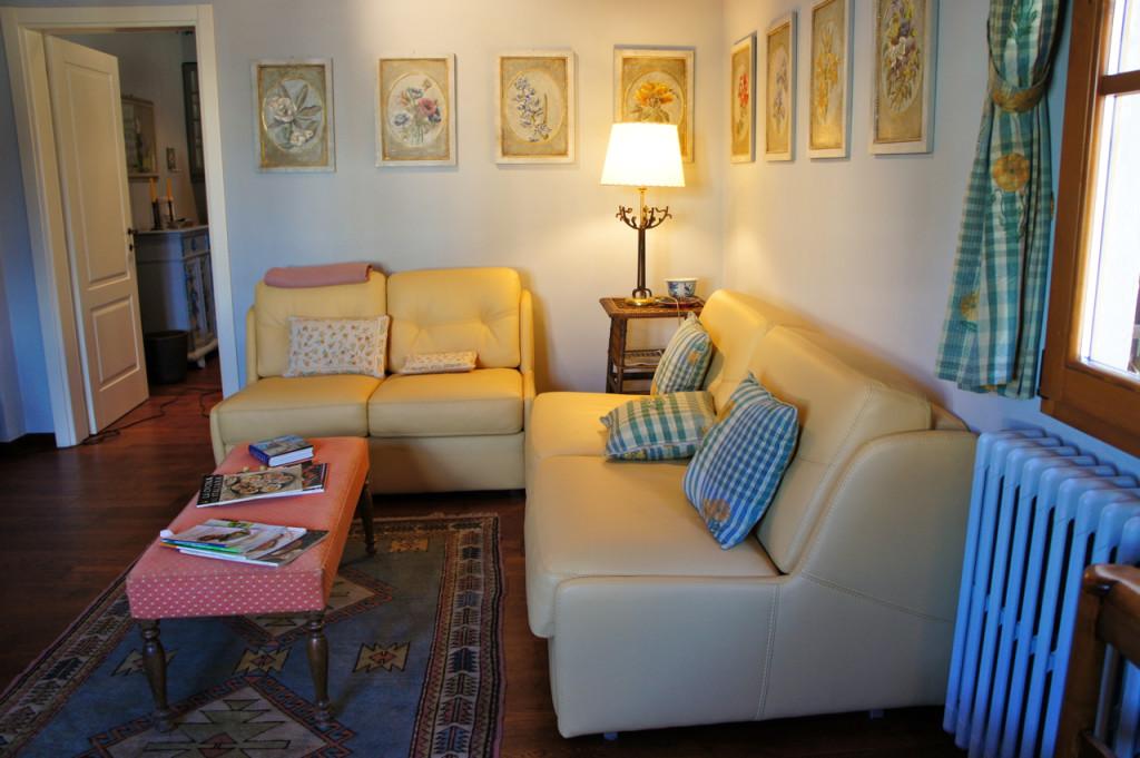 Tem um sofá-cama para uma criança.  É um apartamento para 3 pessoas.