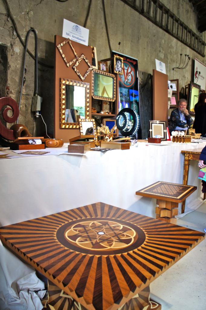 móveis feitos com incrustações de madeira