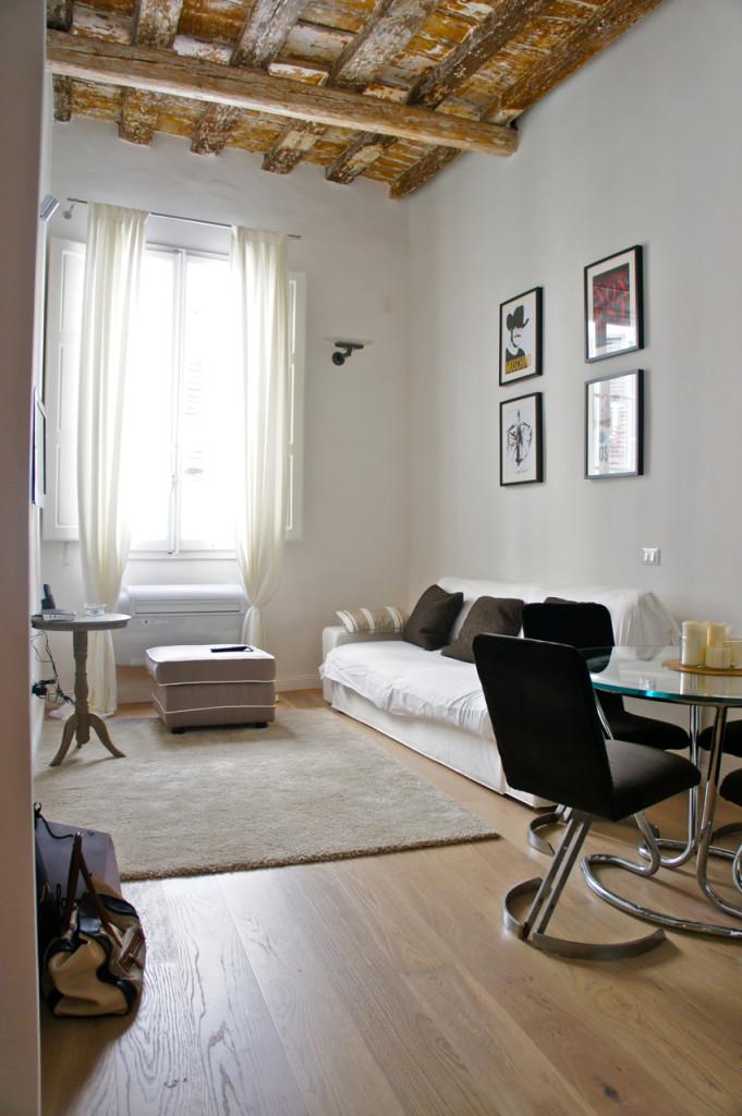 Tem uma sala pequena mas confortável.  Não tem vista, mas é bem luminoso.