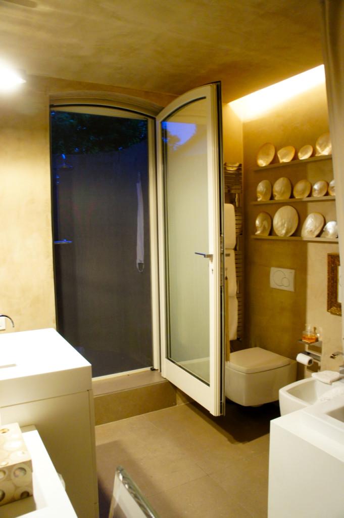 O banheiro principal tem um chuveiro ao ar livre também!!