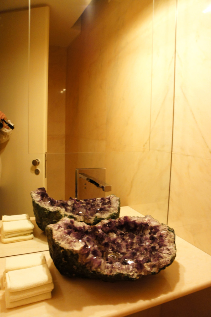 O lavabô com pia de ametista!!