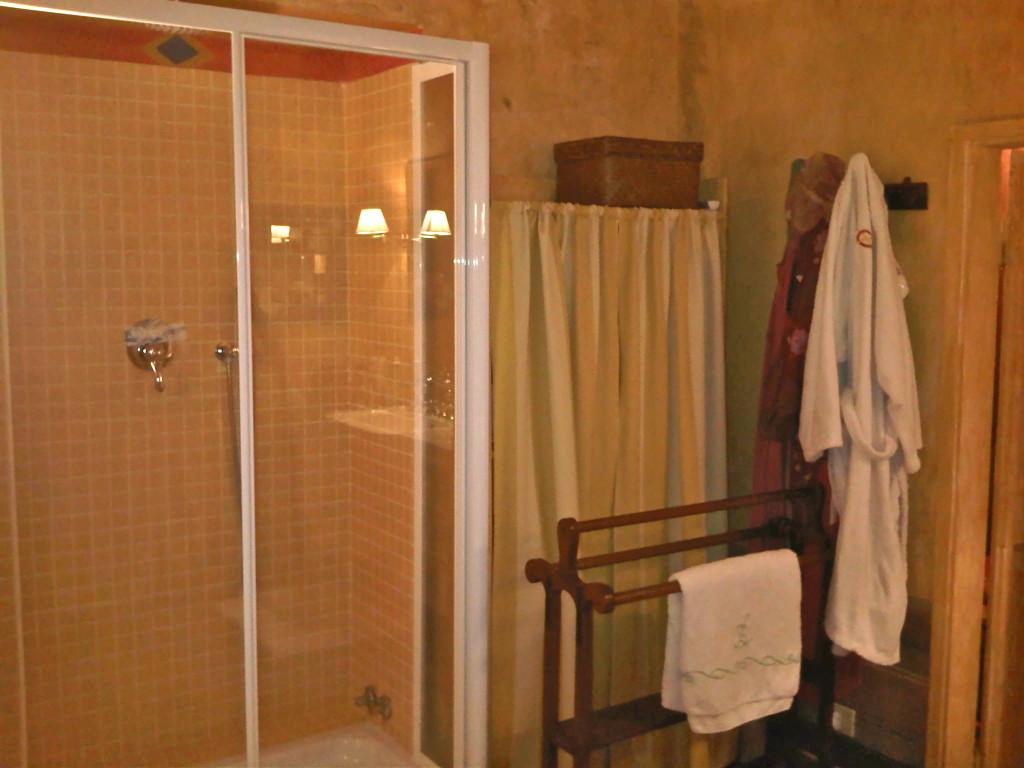Banheiro com chuveiro! Não todas as casas na Europa tem chuveiro.  Eles preferem banheira...