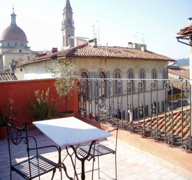 O terraço do apartamento Emily Dickinson 170€-220€.  Este tem ar-condicionado.