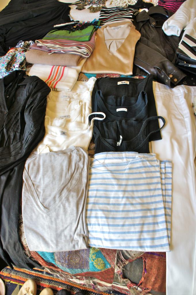 Camisetas de mangas curtas e sem manga em preto e branco além da cinza e listradinho marinheiro.