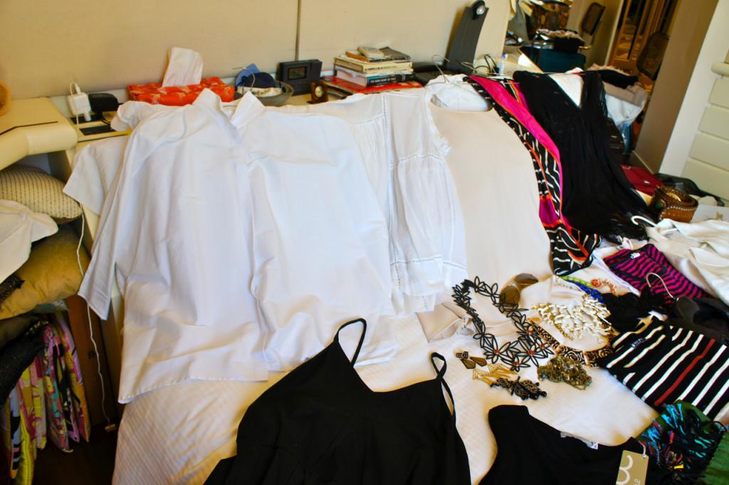 Camisas brancas, uma estampada e uma transparente para um jantar mais romântico.