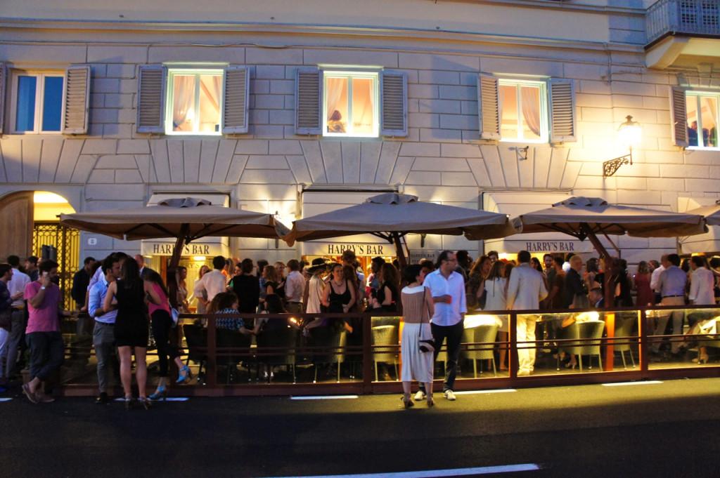 A noite terminou animada com um coquetel da Vogue Itália no famoso e tradicional Harry's Bar.