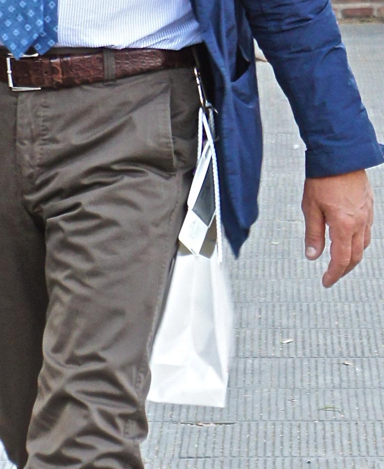 ...um gancho na passadeira (é assim que chama) do cinto para segurar pequenos pacotes!!...