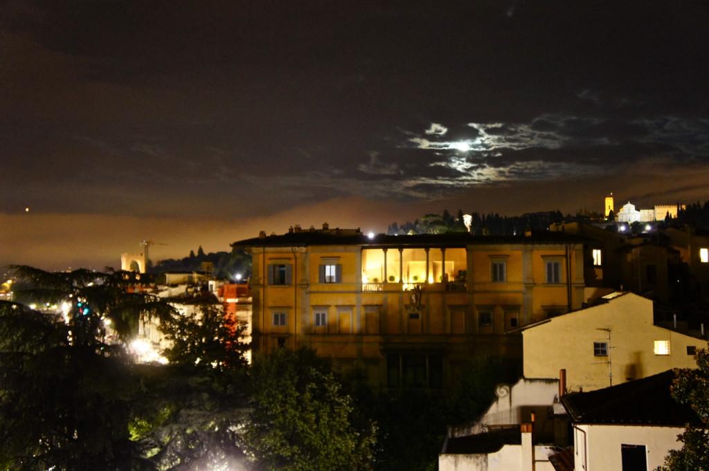 E logo depois dos fogos, a lua bisbilhotou pelas nuvens...