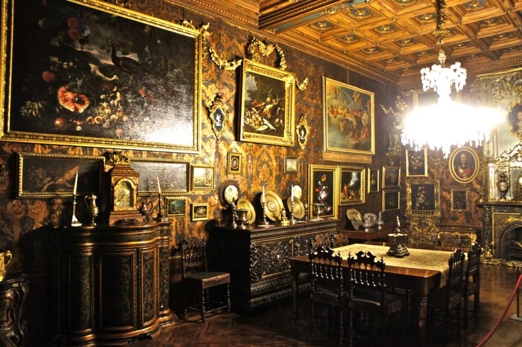 As paredes são todas cobertas com couro desenhado ou tapeçarias.