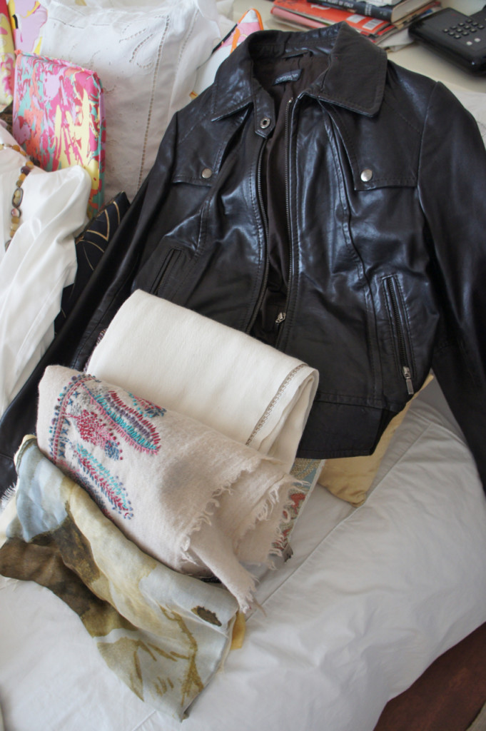 para usar com a jaqueta de couro e pashminha que tem tanto bege quanto preta (do outro lado da cama)