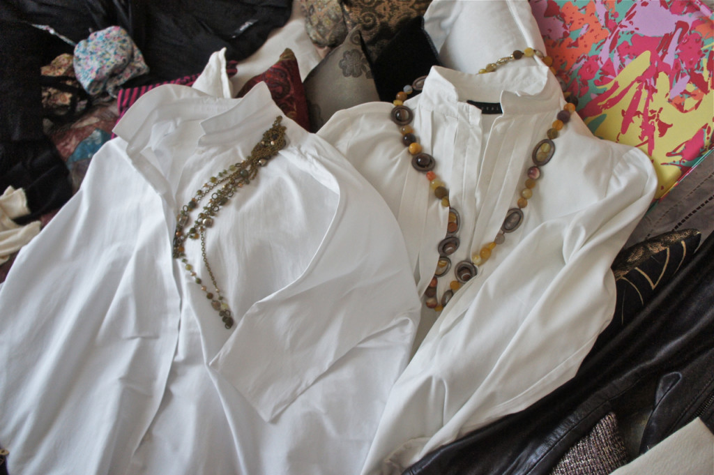 com duas camisas brancas e colares