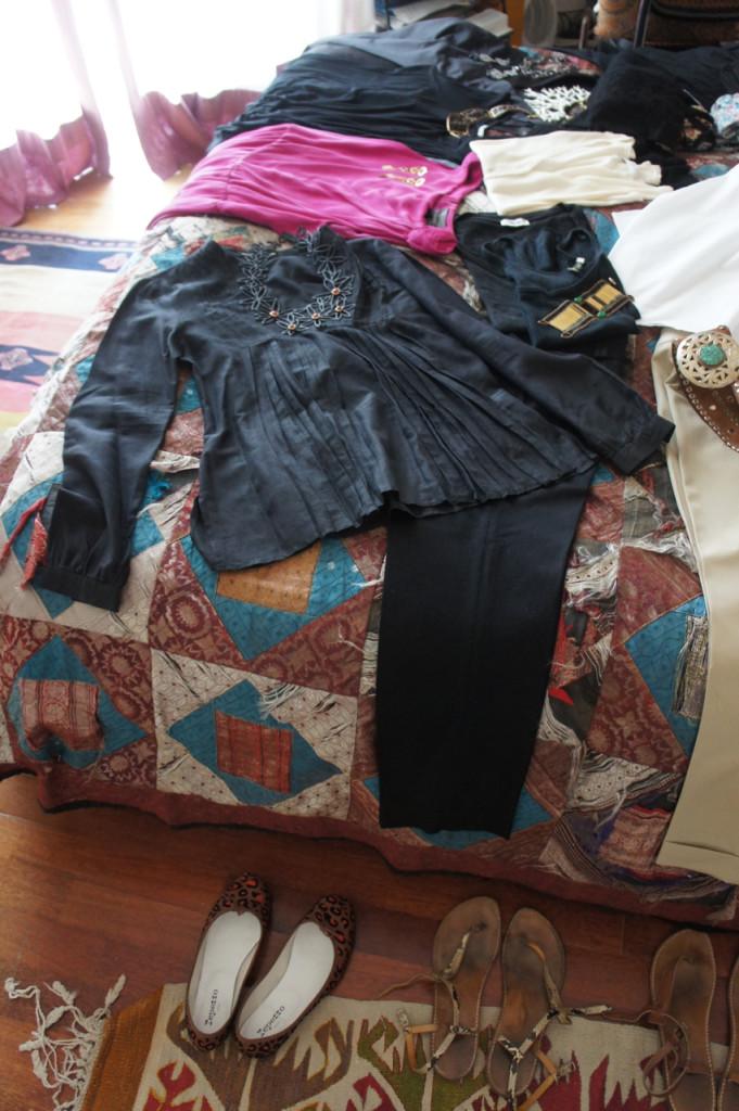 E a preta com uma camisa preta e duas camisetas que posso usar com um cardigã, que também serve para os vestidos que separei para as noites ou