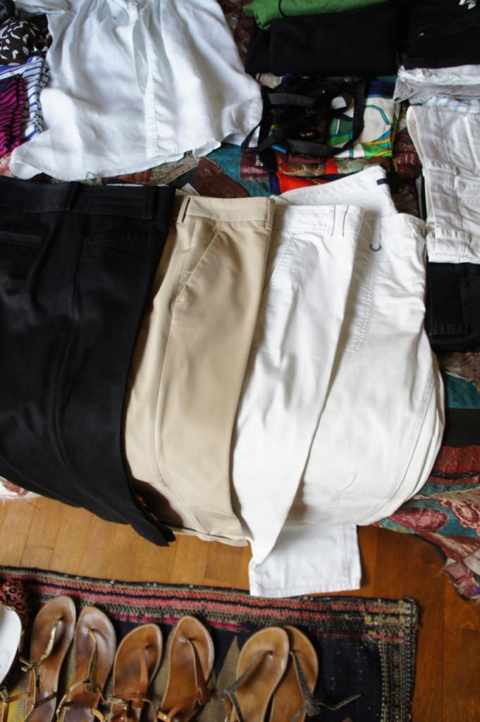 calças compridas.  Duas pretas idênticas porque uso de dia e de noite.  As brancas são de modelos diferentes.