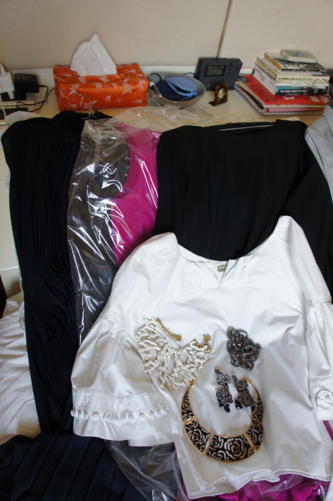 """Para a noite dois vestidos bacaninhos e duas camisas para usar com calças.  Colar e brincos """"statement"""" para enriquecer o look."""