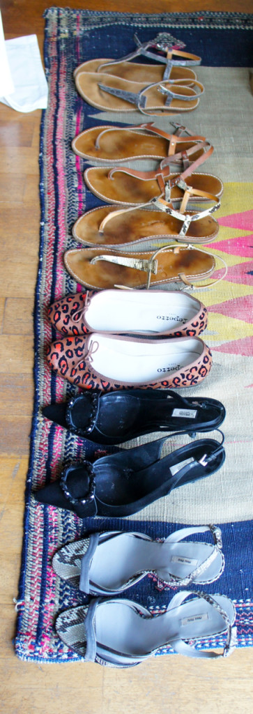 As minhas rasteirinhas Rondini, uma sapatilha e dois saltos de altura diferente. Faltou colocar o tênis branco que serve para quando chove.