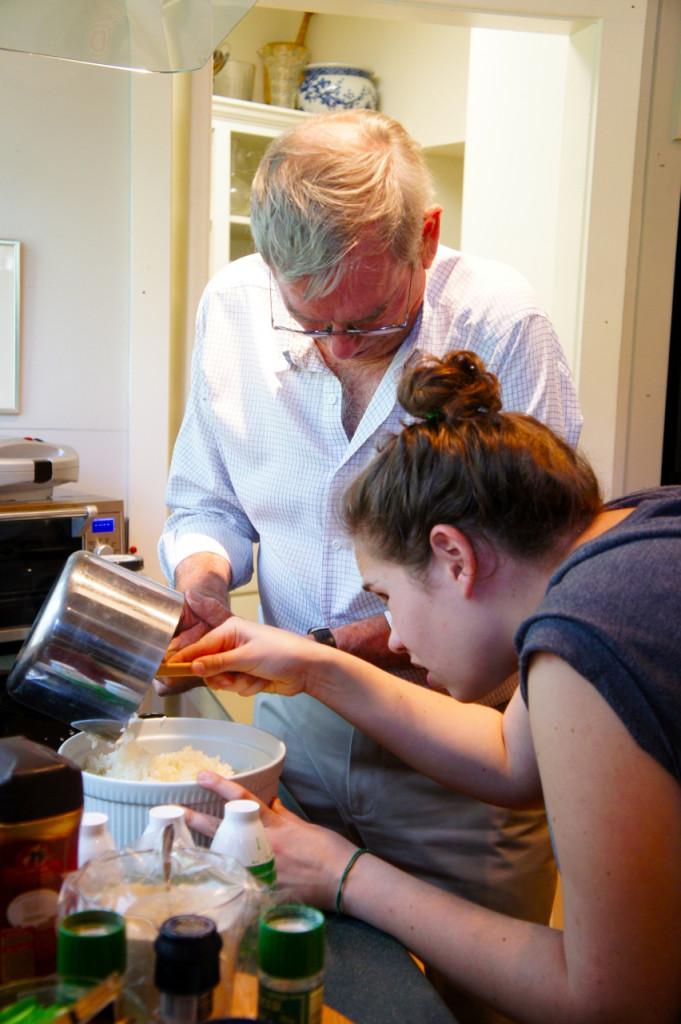 Primeiro prepara-se o arroz para sushi.  A Allegra ajudou o Bro (apelido de avô que meu pai inventou para ele mesmo).