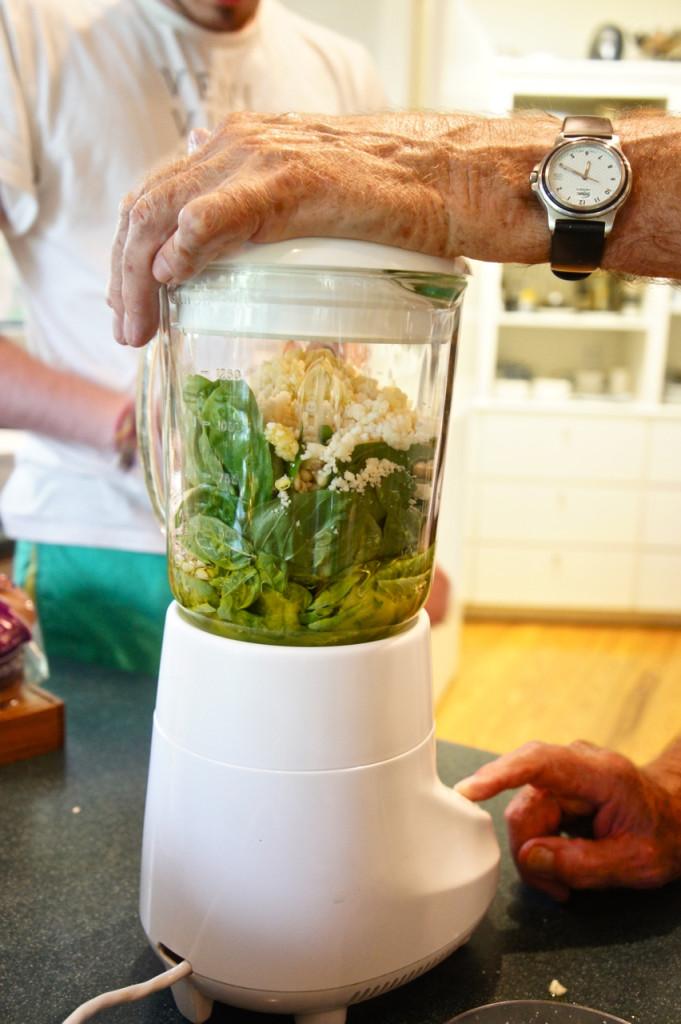 Com o liquidificador já batendo lentamente, adicione 1/2 copo de azeite extra virgem de oliva.