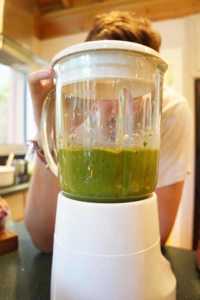 Até ficar líquido.  Se ficar muito grosso, adicionar azeite.