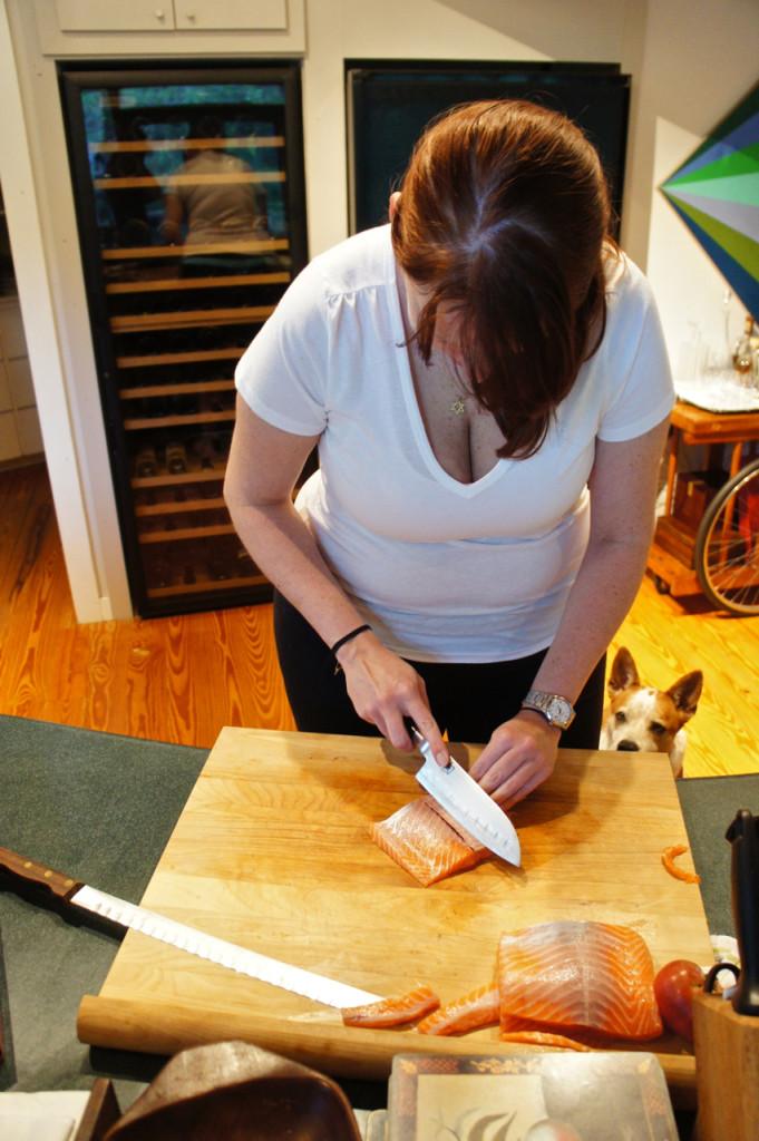 A Bianca preparando o salmão enquanto o Rocco espera qualquer resto... A pele vai ao forno para ficar crocante e ser usado no salmon skin roll.