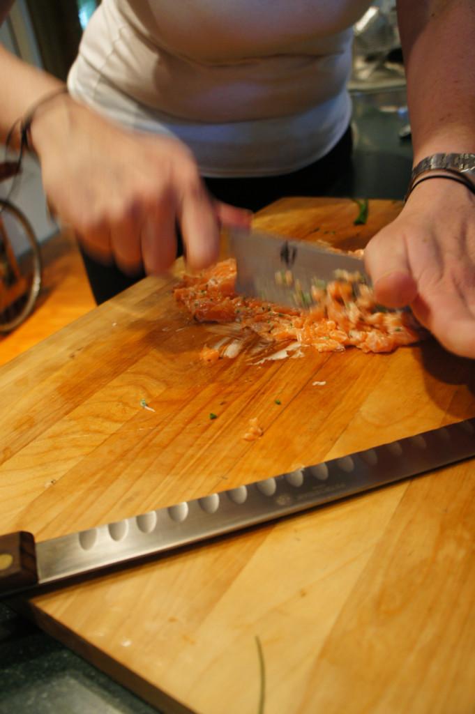 Um dos rolls é com salmão, maionese e cebolinha...