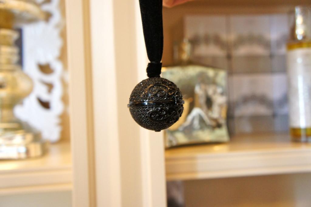 Simone também desenhou estes pendentes, inspirados naqueles usados no cinto dos membros da corte na França e Itália em 1500 para disfarçar o mau cheiro, com perfume sólido para usar como colar.
