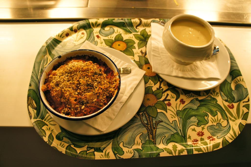 A minha escolha: ratatouille e sopa de verdura. Olhem que linda a bandeja!