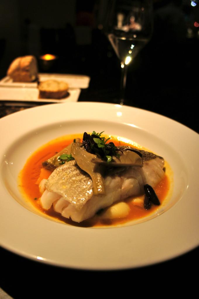 O cod, que acredito seja bacalhau, com molho de bouillebaisse para mim.