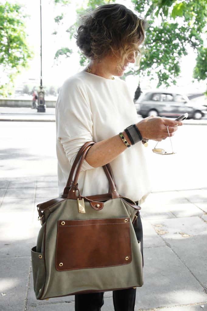 Bolsa, de couro e camurça texturizada, e braceletes Torus