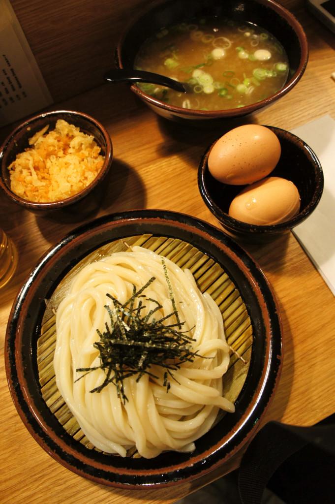 Eu gosto daquele com caldo quente e macarrão frio, pork and miso.  Adiciono ovo poché e migalhas de tempura!! hmmmmm!