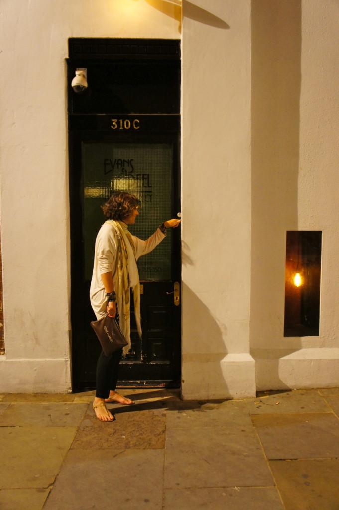 A porta está sempre fechada...tem que tocar a campainha...