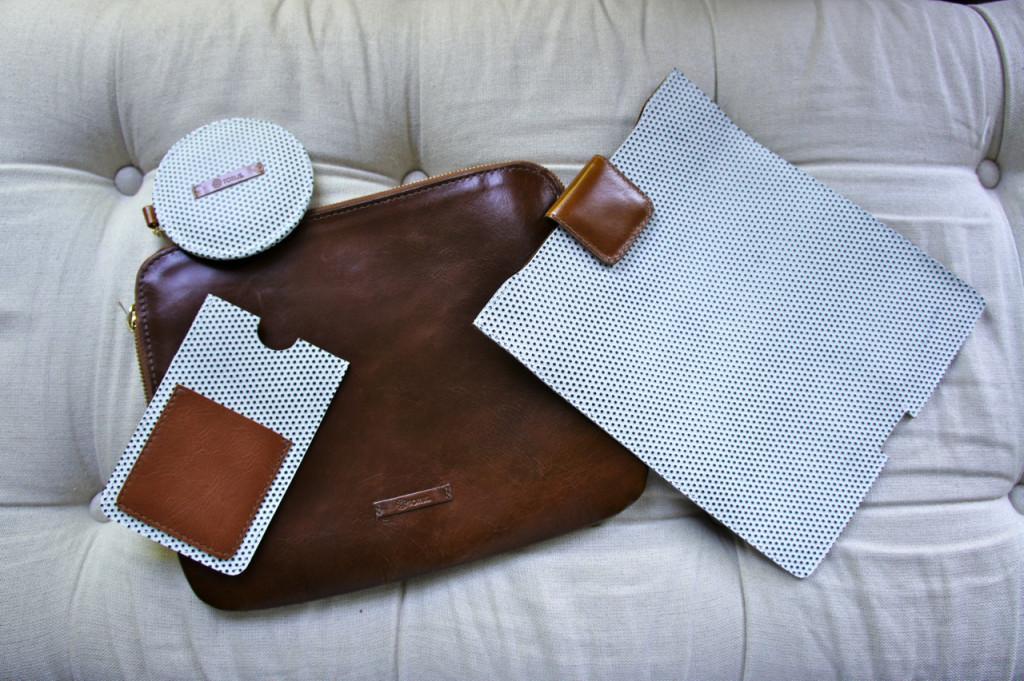 Acessorios para iPhone e iPad.  O redondinho é um espelhinho super prático para a bolsa.