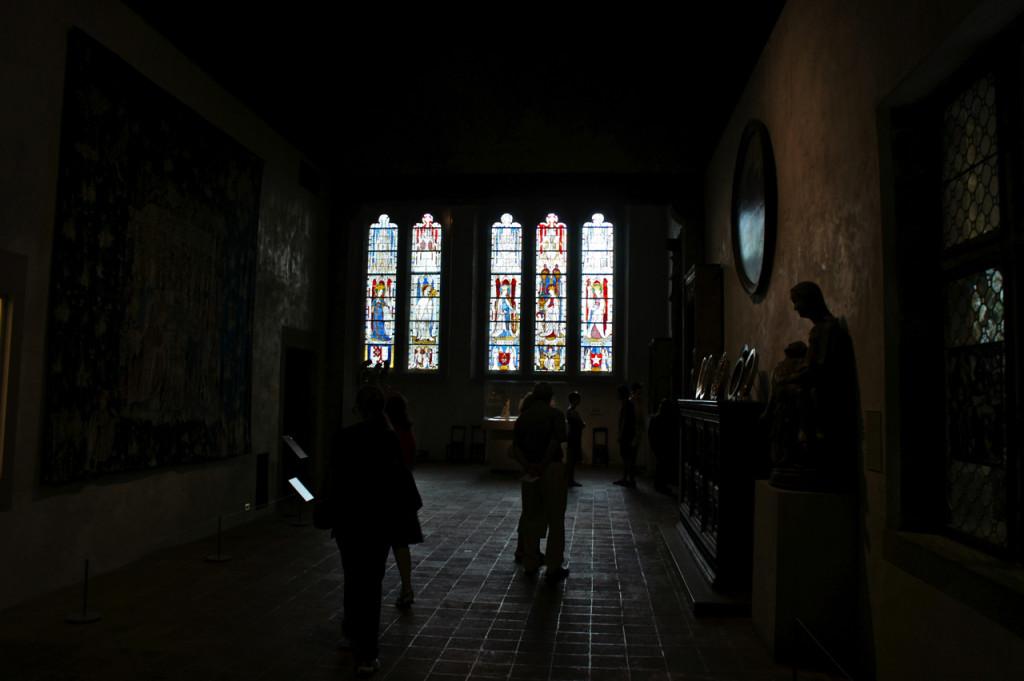 (a mesma sala da foto anterior com outra exposição na câmera para retratar os vitrais)