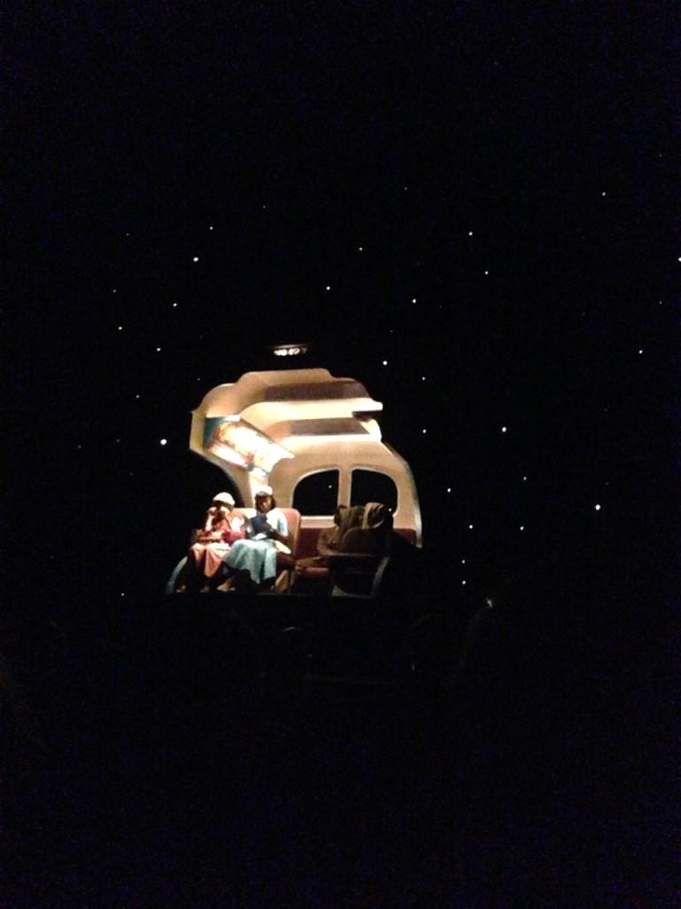 A viagem de ônibus à noite.