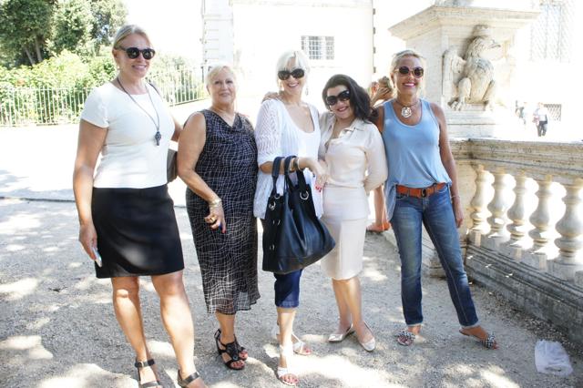 Parte da gangue em Roma.  Sandra, Laura, Luciana, Luciene e Cassandra