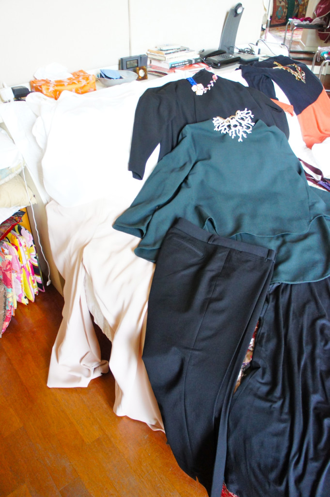 Dois tops para usar com calça preta, salto e colar ou brinco statement.