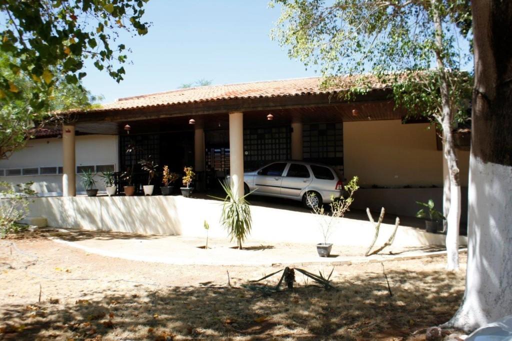 """Entrada do Hotel Serra da Capivara. Os carros estacionam na """"varanda"""" do restaurante (rsrs)."""