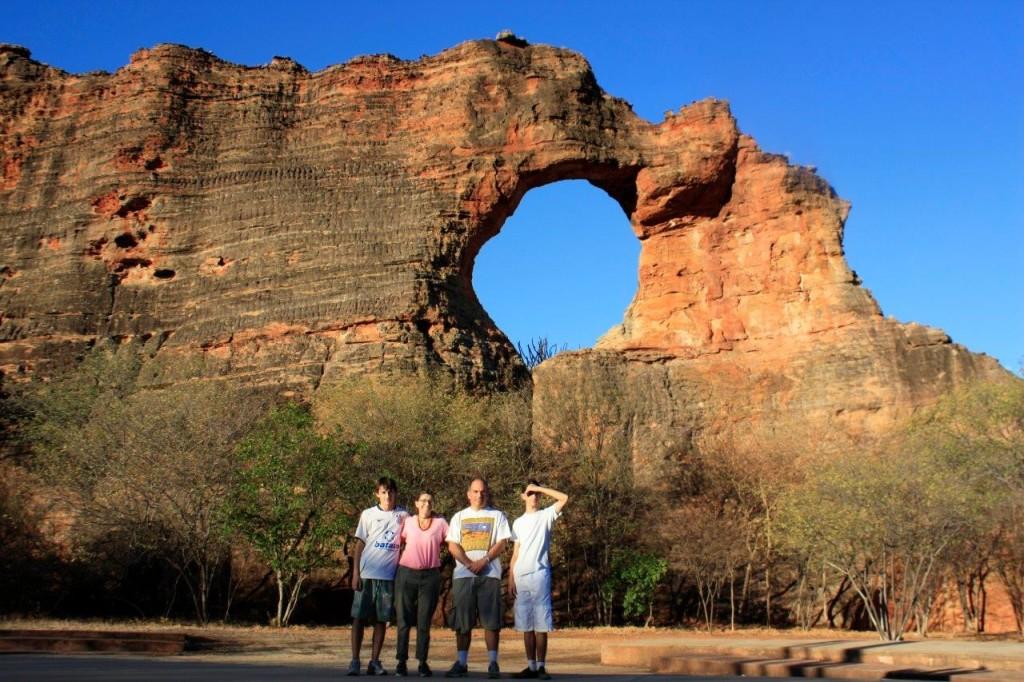 Nós quatro: Artur, Alessandra, Carlos, André. Atrás você vê a Pedra Furada. Essa maravilha fica para o próximo post.