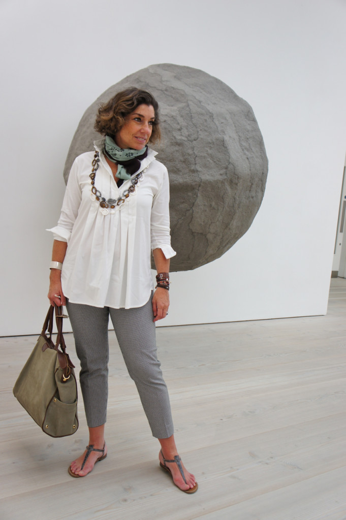 "Na Saatchi Gallery em Londres. Atrás de mim ""Dumbstruck"" por Rebecca Turner"