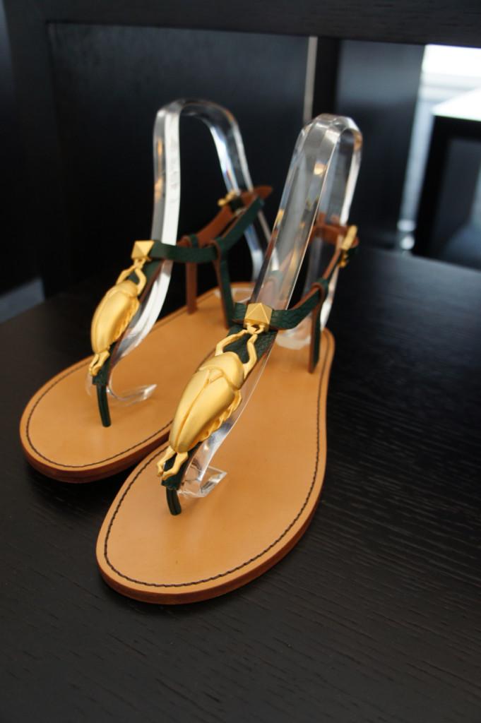 Adoreiiiii!  Esta rasteirinha com os vestidos longos e sóbrios!  Sapato baixo é o novo trend de sapatos!