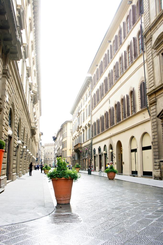 Via Tornabuoni com suas lojas elegantes e…