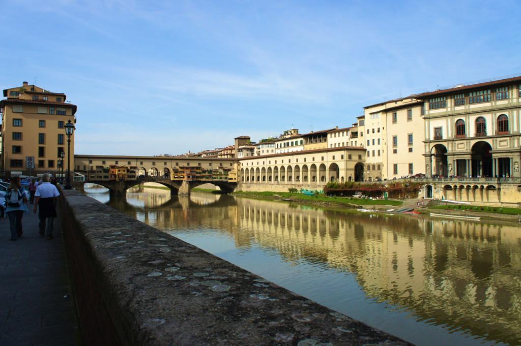 O Ponte Vecchio e o Uffizi à direita sobre o Rio Arno, Florença