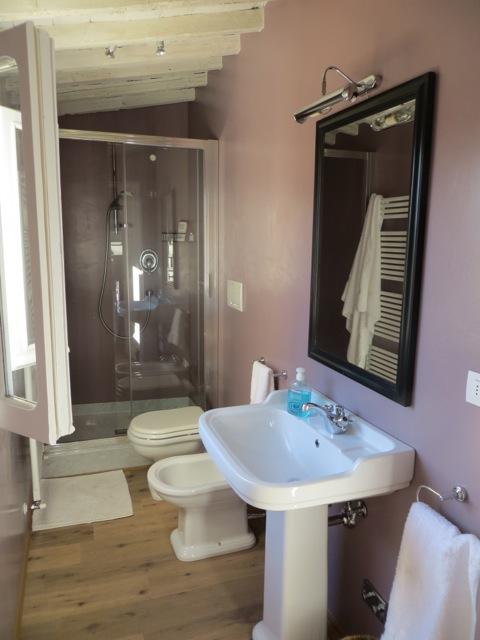banheiro luminoso e com janela