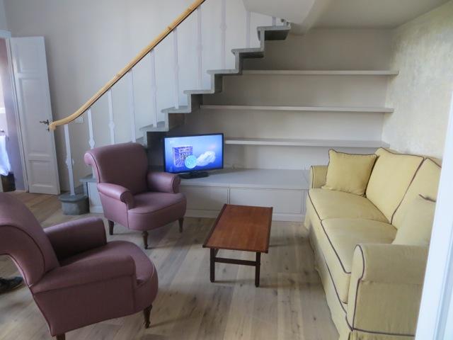 A sala com as escadas que levam ao mezzanino onde está o quarto
