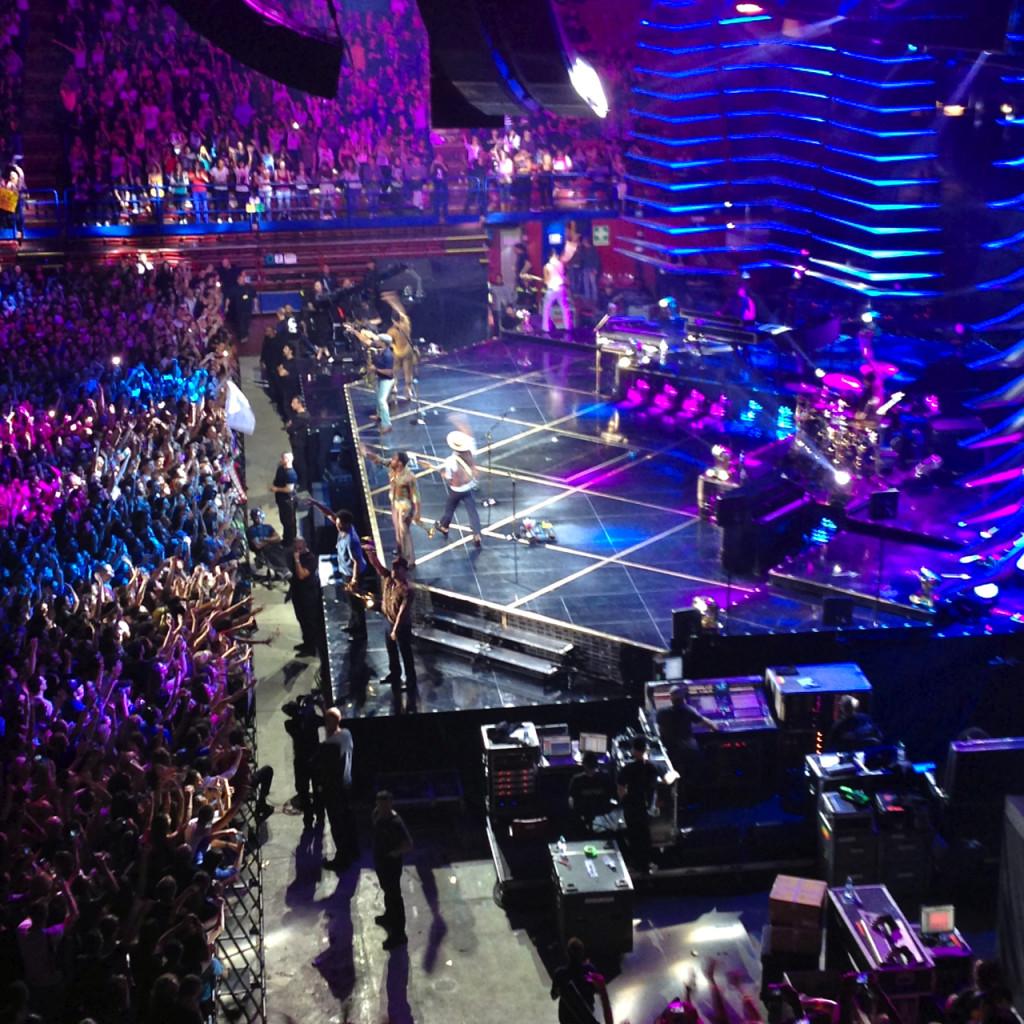Eles dançam, pulam cantam, tocam e animam todo mundo loucamente!!!
