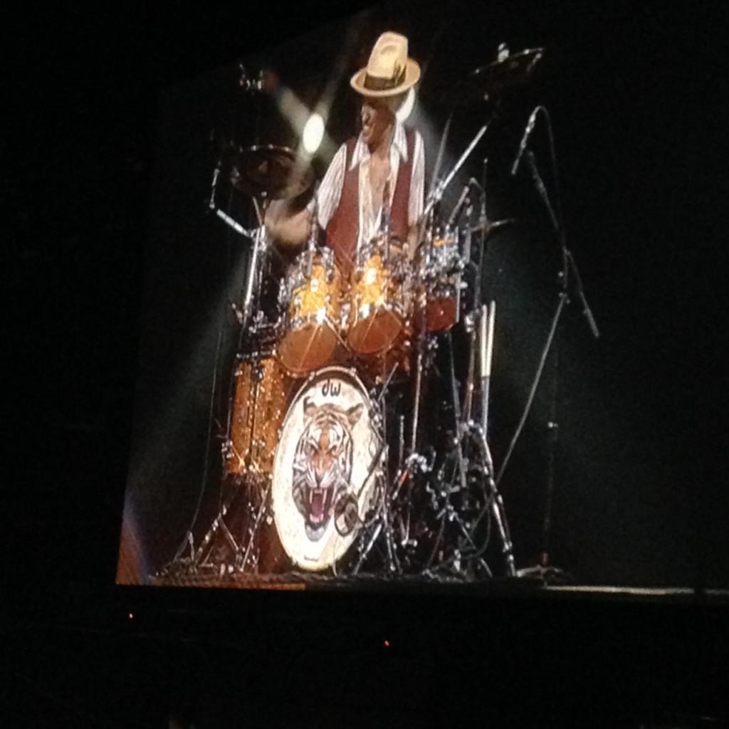 E um solo nos drums e…