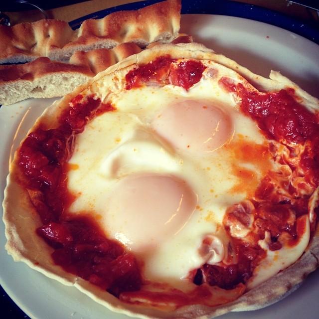 Ovo no molho de tomate, um clássico italiano.