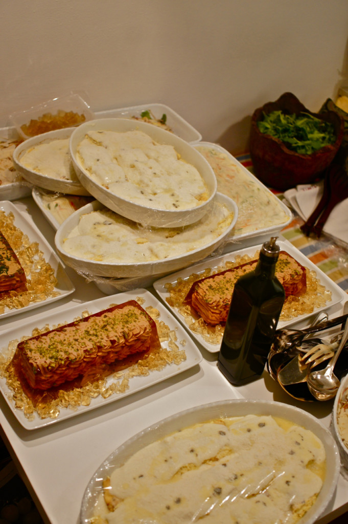 """Encomendei tudo pronto.  Só coloquei a lasagna de verdura e as crespelle de ricota e tartufi no forno, o resto frio.  Assim com dois ajudantes consegui que tudo funcionasse super bem, e pude me divertir um monte!!!  Os outros pratos, frios, foram mousse de atum e presunto, salada de alcachofra cru com parmesão e salada verde com """"pinoli"""" torrados."""