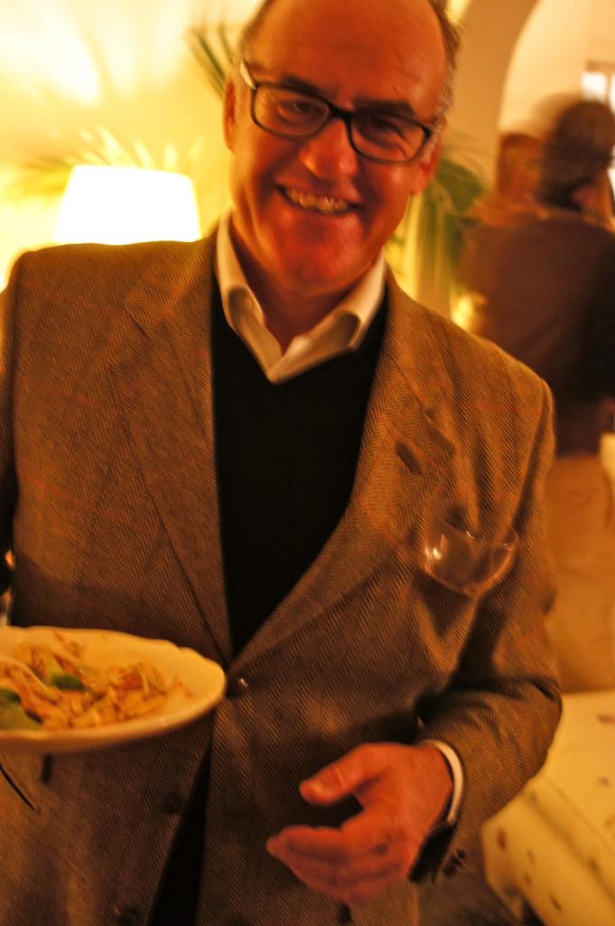Giuseppe, o primo do Robbie, tem uma solução fantástica para o copo enquanto se come… Falei que tinha poucas cadeiras?