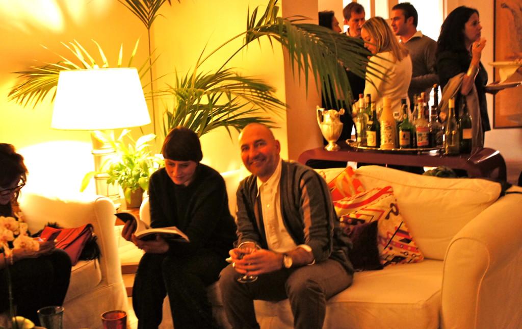 Daniela e Michele da loja Nero de Arezzo lendo o livro de Costanza.